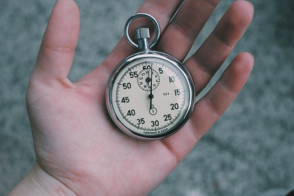 expliquer montessori timer à la main